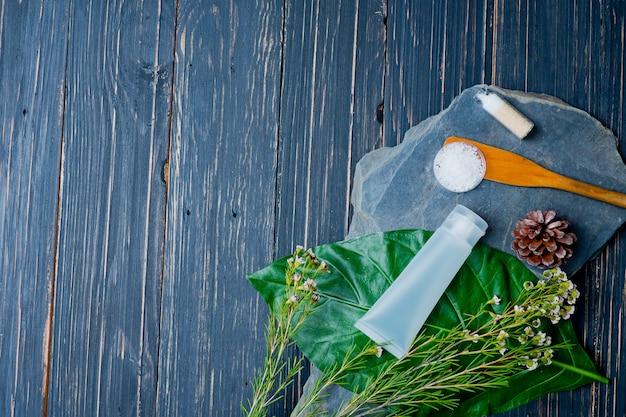 緑の葉、空のボトルに自然化粧品ボトルコンテナー