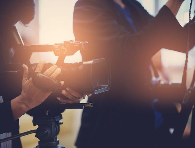 ビデオ撮影者をクローズアップ、カメラマン、映画、カメラを持つ男、映画、プロのカメラ