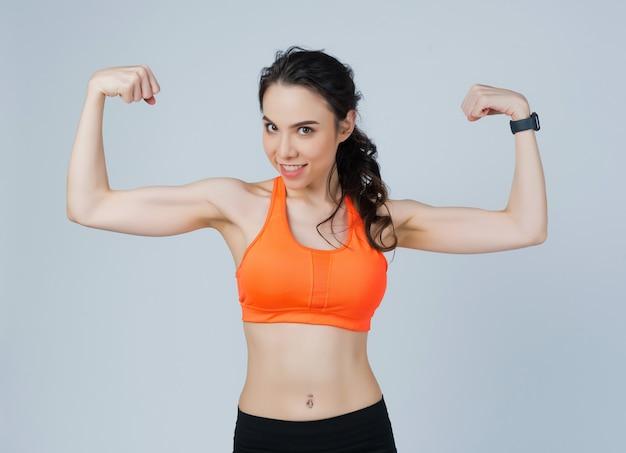 Спортсмен фитнес женщина позирует