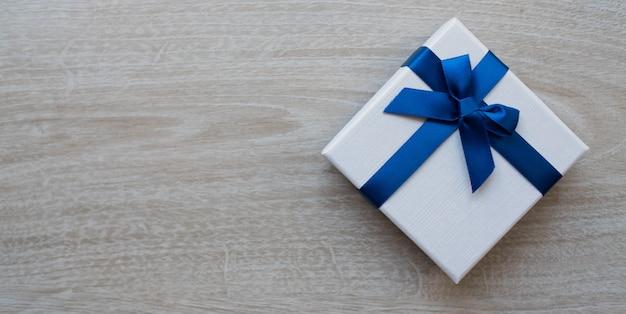 Подарочная коробка на фоне дерева, упаковка, декор