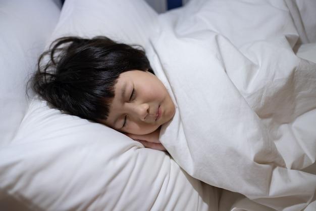 アジアの子供は病気の子供、ベッドで寝る