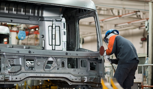 Механик проверяет автомобиль