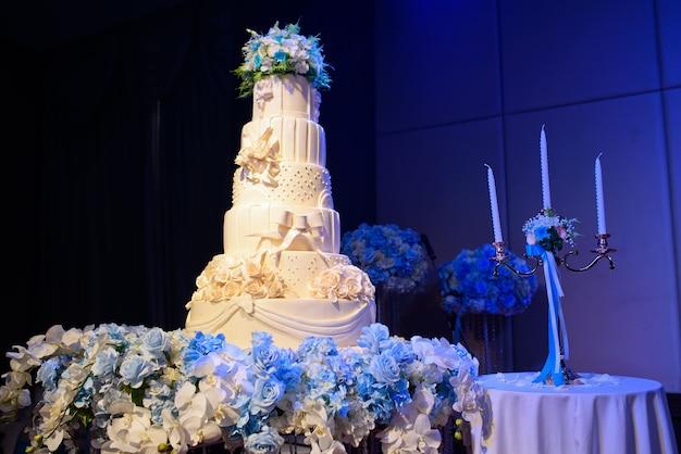 美しい結婚式のケーキ、白いケーキ
