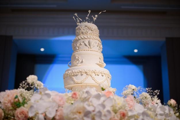 美しいウエディングケーキ、白いケーキの結婚式の装飾