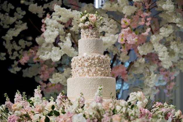 美しいウェディングケーキ、ホワイトケーキの結婚式の装飾
