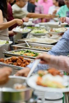Выкапывание еды, фуршет в ресторане, кейтеринг