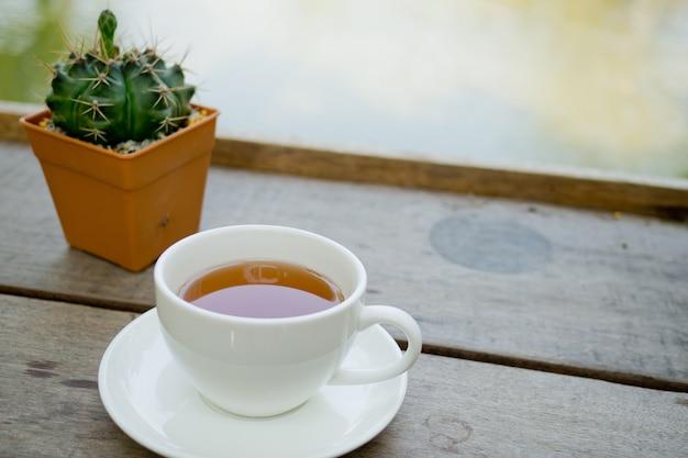 テーブルの上の熱いお茶、紅茶のカップ、リラックスタイム