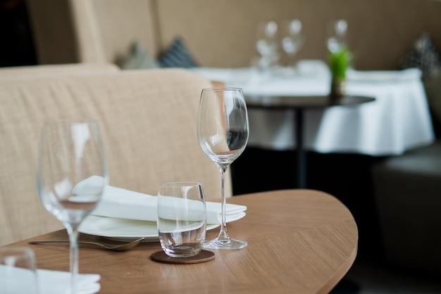 シャンパン、ワイングラス、お祝い、夕食、ワイングラスを注ぐ