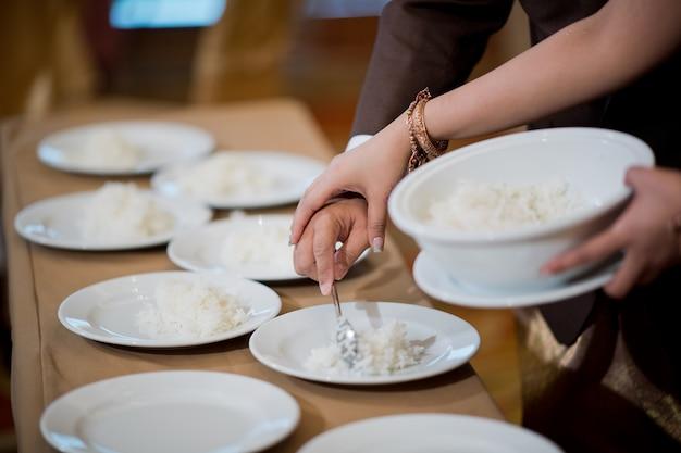 熱いご飯、僧侶に施しを与える
