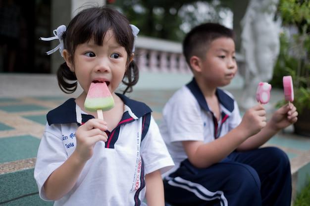 アジアの女の子がアイスクリームを食べる
