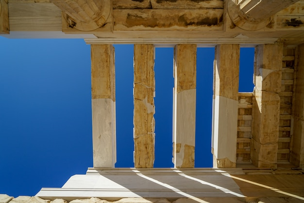 Конструкция крыши и потолок пропилеи, ворота в акрополь, построенный из мрамора и известняка