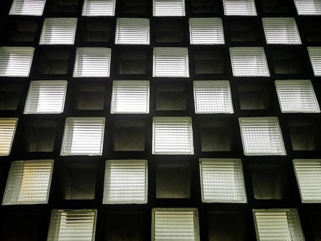 すりガラスとレンガの壁の正方形のテクスチャ。抽象的な背景