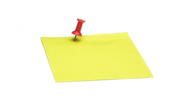 黄色のメモとコピースペースで白い背景で隔離赤い画鋲