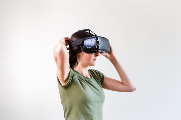 Брюнетка женщина изучает современные технологии виртуальной реальности с дисплеем, установленным на голове