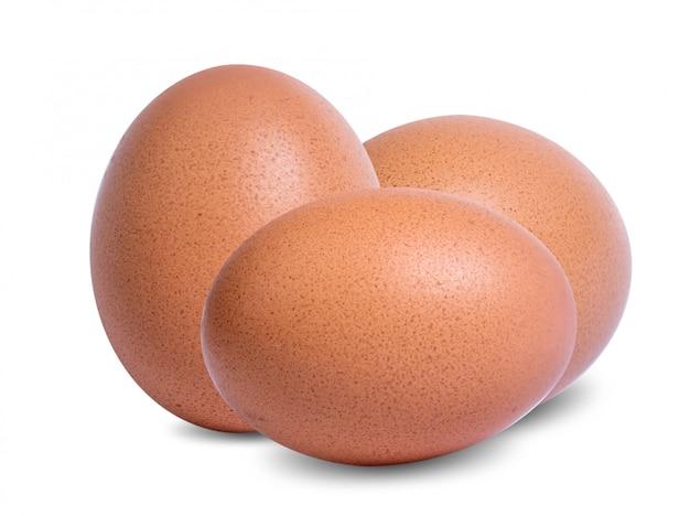 白い背景に分離された新鮮な生卵
