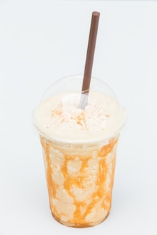 Кофейный коктейль с карамелью в стеклянной чашке