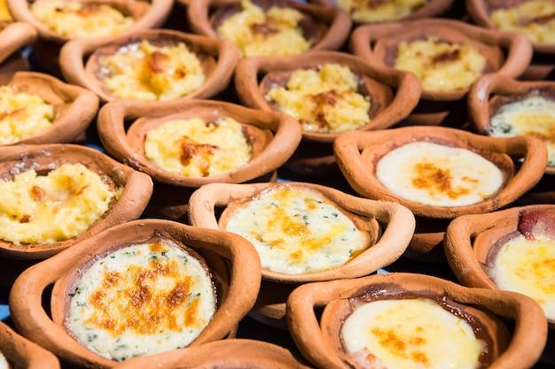 Лазанья с сыром в глиняном горшке.