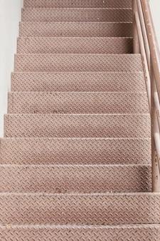 分かれた上または下に黄色い線がある階段
