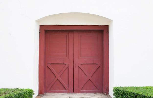 Старая красная дверь