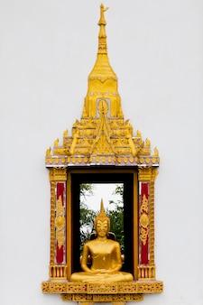 Традиционное окно буддийской церкви в тайском стиле на белой стене
