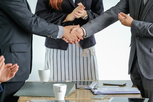 Группа деловых людей, встречи рукопожатие вместе, бизнес концепции наружной встречи.