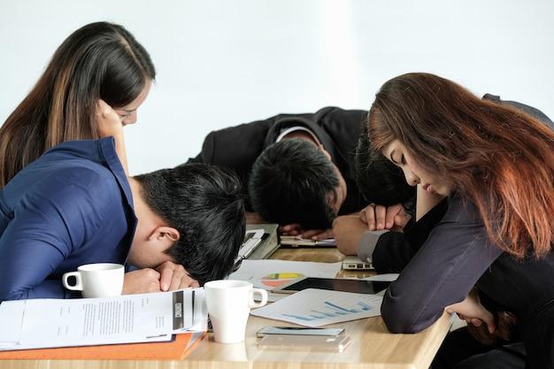 オフィスでのプレゼンテーションで退屈になる同僚