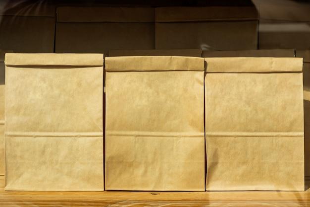 Коричневый текстурированный бумажный пакет, установленный на фоне