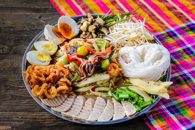 ソムムタッド。パパイヤサラダはタイで人気のあるトレイです。
