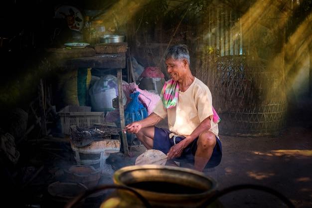 朝の生活様式を持つタイ人男性。