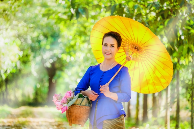 朝の生活様式を持つタイの女性。