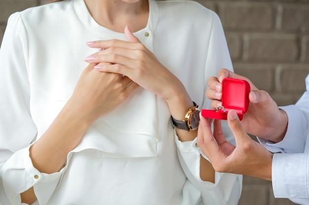 バレンタインデーの男性への結婚指輪。