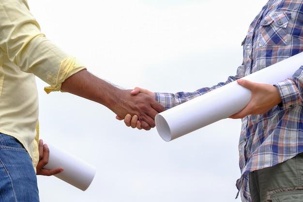 アジアの男性と女性のエンジニアは風力発電の開発を計画しています。
