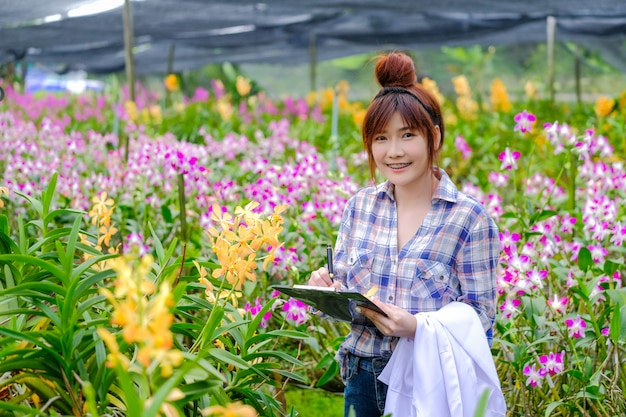 女性の蘭研究者は蘭の特性を調査し、文書化しています