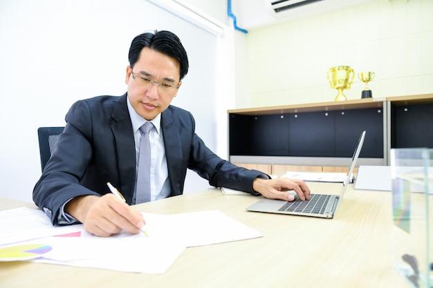 Человек анализ бизнес и финансовый отчет.
