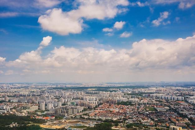 Город сингапур с фоном голубого неба