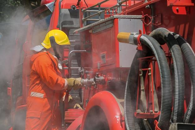 緊急事態における火災との闘いへのチーム練習