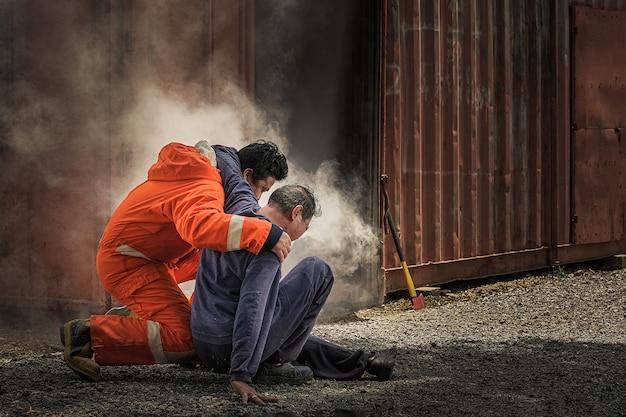 消防士は、やけどを負った人を助ける方法を教えます。