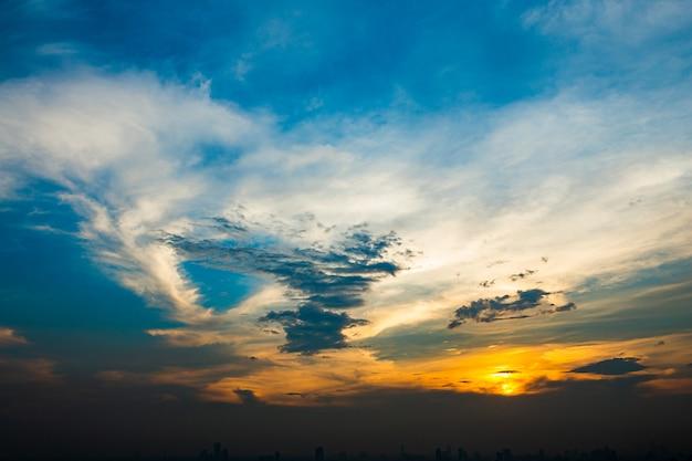 夕暮れの曇り空