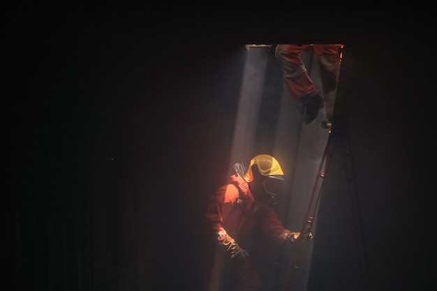 救助に消防士