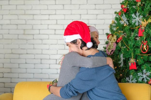男はクリスマスに女性を抱擁します。
