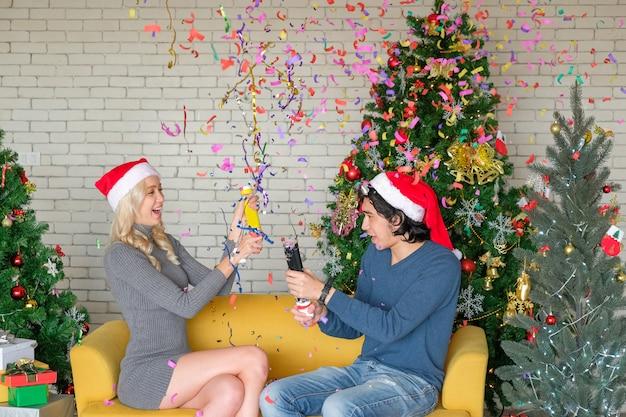 クリスマスの日にパーティークラッカーと男女