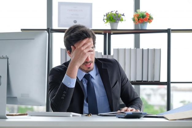 オフィスの机でビジネス人々の頭痛