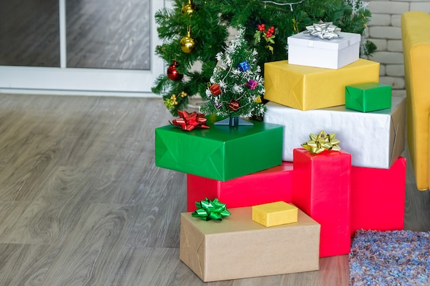 床に美しいクリスマスギフトボックス