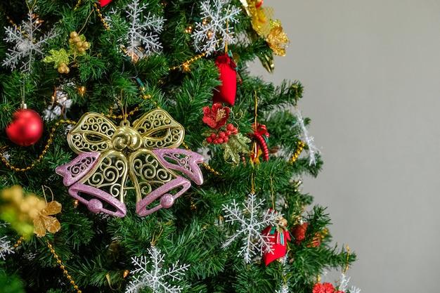 白い背景とスプルースの木の枝のクリスマスツリー