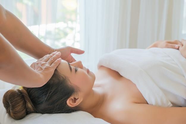 Закройте лицо женщины в спа, уход за лицом. женщины в роскошном номере отдыхают и наслаждаются эмоциональной косметологией.