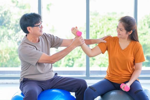Пожилые люди, выполняющие йогу в студии