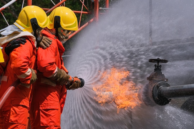 パイプからのガス漏れとガス漏れからのバルブ火炎消火器と消火ホースによる消火活動ガス消防で活動中の戦闘機