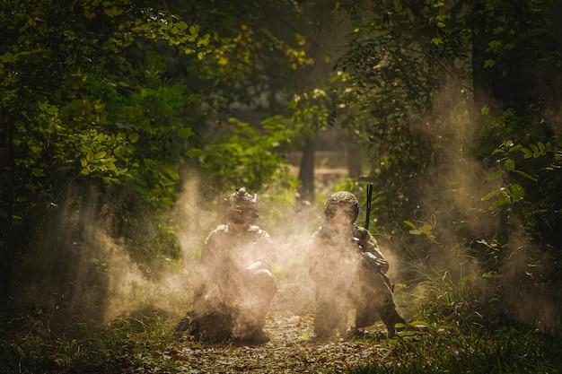 煙と火の軍事作戦中の米陸軍レンジャー