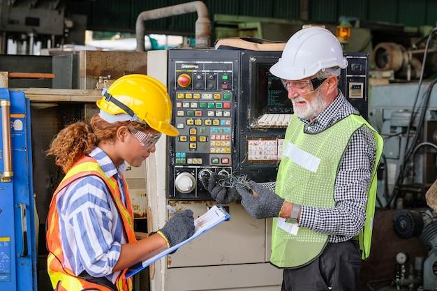 Мужские и женские инженеры разговаривают друг с другом