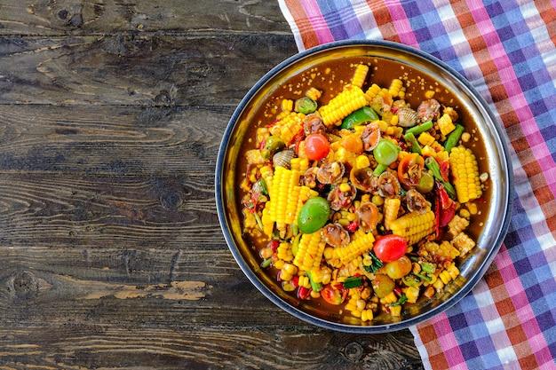 ソムタムシーフードコーンサラダ、豆、レモン、ピーマン、コックルはタイ風の料理です。